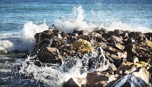 Ondas do mar quebram as pedras