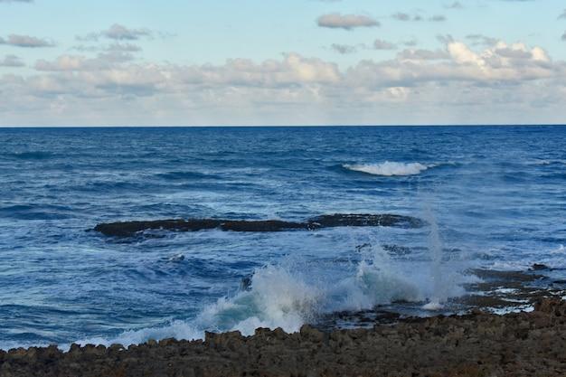 Ondas do oceano atlântico atingem a costa