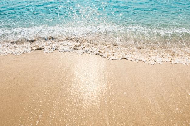 Ondas do oceano azul luz solar reflexão areia praia