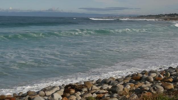 Ondas e rochas do oceano, monterey, norte da califórnia, eua. unidade de 17 milhas perto de big sur, resort turístico de golfe à beira-mar na pacific coast highway. salpicos de água e brisa do mar de pebble beach. viagem.