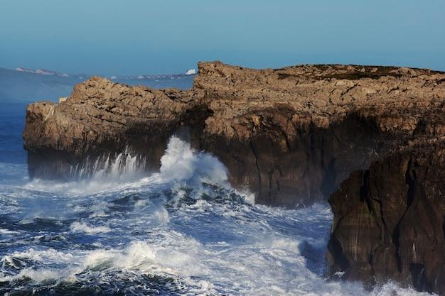 Ondas enormes batendo no penhasco e explodindo na cantábria, norte da espanha
