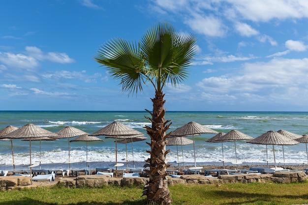 Ondas na praia de seixos do mar mediterrâneo. turquia no outono. alanya. fundo natural. praia de seixos em alanya.