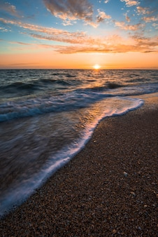 Ondas no mar ao pôr do sol