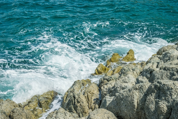 Ondas no oceano espirrando ondas andaman phuket tailândia