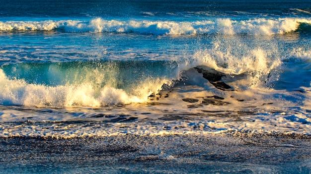 Ondas no oceano pacífico na península de kamchatka