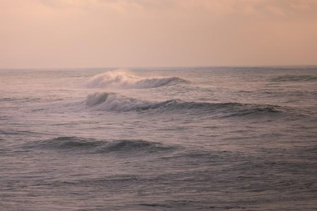 Ondas no sunsent na praia dos bascos em biarritz, país basco.