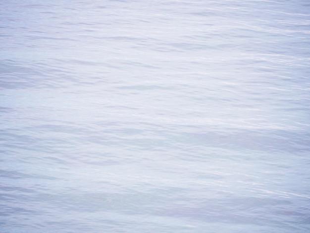 Ondas onduladas na superfície do mar de água.