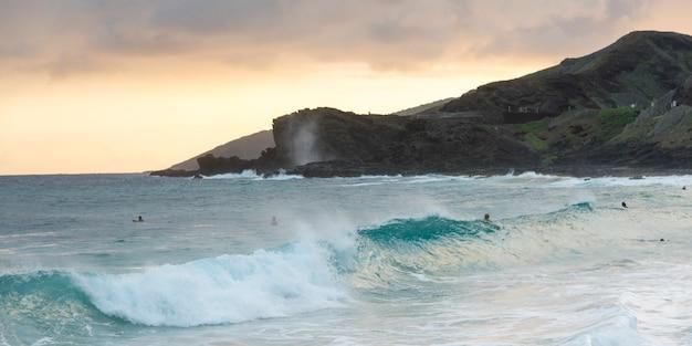 Ondas, praia, com, surfistas, em, anoitecer, praia arenosa, honolulu, oahu, havaí, eua