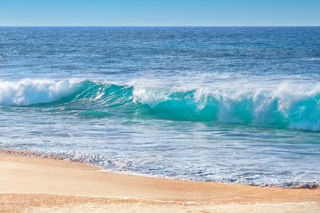 Ondas turquesa em sandy beach, oahu, havaí, eua