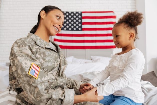Onde devemos ir primeiro. mulheres maravilhosas e animadas de mãos dadas e discutindo suas atividades enquanto a mãe passa alguns meses em casa