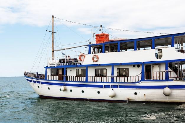 Ônibus aquático cheio de turistas saindo da costa em thessaloniki, grécia