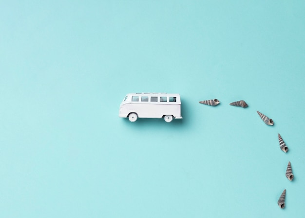 Ônibus de brinquedo com conchas