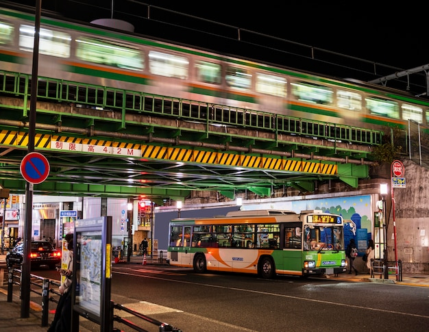 Ônibus de paisagem urbana do japão