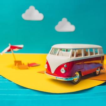Ônibus em miniatura vintage em cores da moda, conceito de viagens