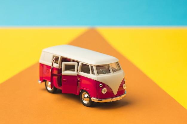 Ônibus em miniatura vintage na cor da moda, conceito de viagens