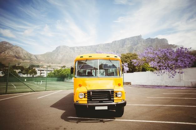 Ônibus escolar amarelo esperando por alunos