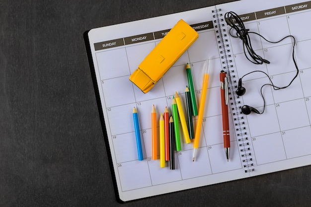 Ônibus escolar de brinquedo com lápis de cor no equipamento de suprimentos para o aluno com espaço de cópia. postura plana