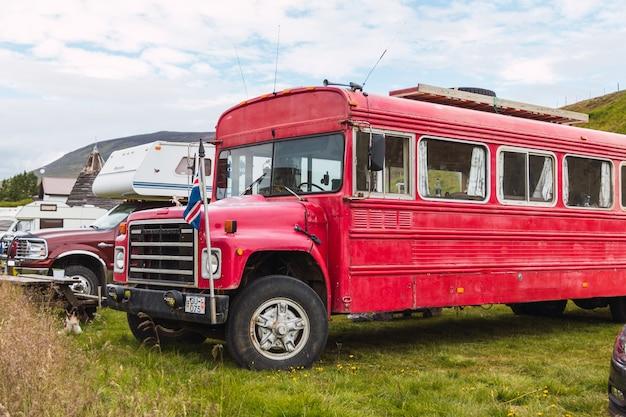 Ônibus escolar vermelho estacionado em um estacionamento na islândia