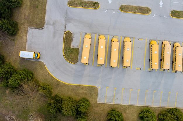 Ônibus escolares amarelos estacionaram no estacionamento do dia