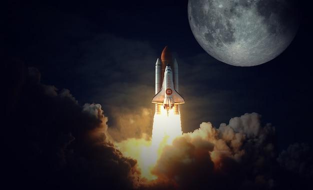 Ônibus espacial com ícone de bitcoin decola em direção à lua. elementos desta imagem fornecidos pela nasa.