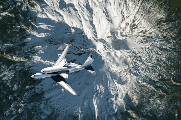 Ônibus espacial e avião voam no espaço sobre a atmosfera da terra, elementos da imagem fornecida pela nasa