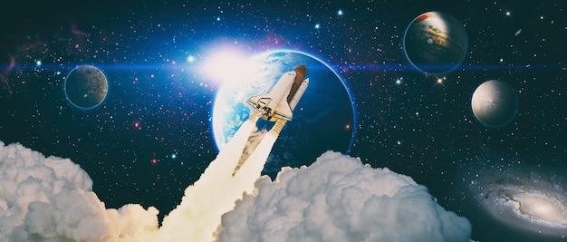 Ônibus espacial orbitando o planeta terra. os rockets são lançados no espaço no céu estrelado. elementos desta imagem fornecidos pela nasa