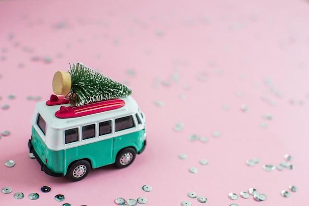 Ônibus hippie com árvore de abeto de natal de ano novo no telhado banner de carro pequeno em miniatura tema da festa