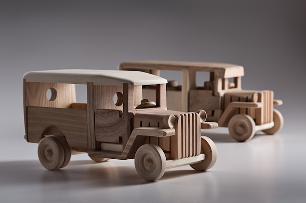 Ônibus retrô de madeira em miniatura no estúdio.