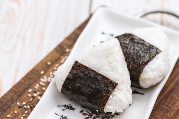 Onigiri. triângulo de arroz com algas nori.