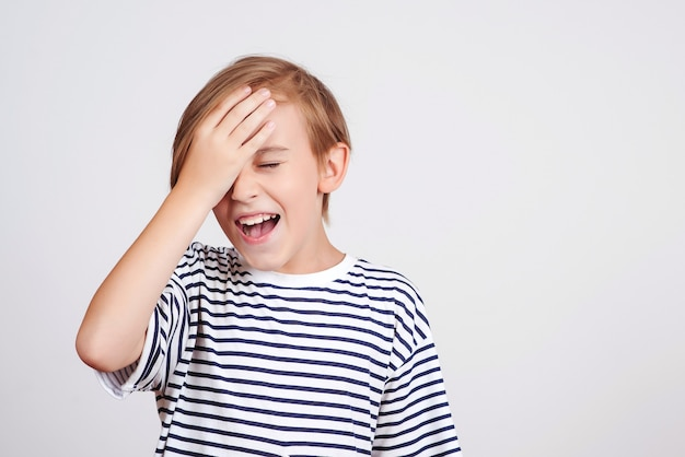 Opa, o que eu fiz. de volta às aulas e às notícias. oh não. menino pensando em erros. menino batendo na testa com a palma da mão e fechando os olhos.