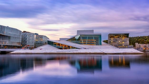 Ópera nacional de oslo, com reflexo de água em oslo, noruega