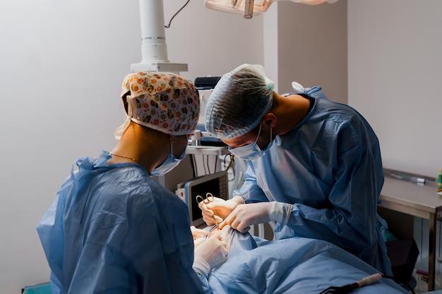 Operação de cirurgia plástica de blefaroplastia para modificação da região ocular da face em clínica médica