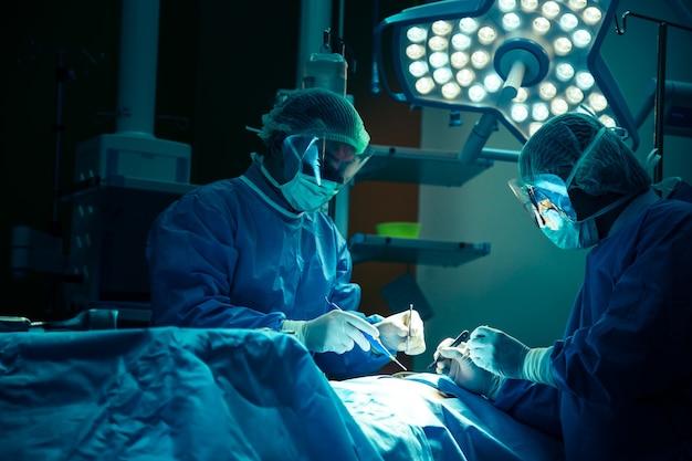 Operação de médico na sala de operação no conceito de hospital para publicidade de seguros