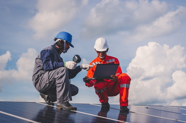 Operação e manutenção em usina solar; equipe de engenharia que trabalha na verificação e manutenção na usina de energia solar, usina de energia solar para a inovação da energia verde para a vida