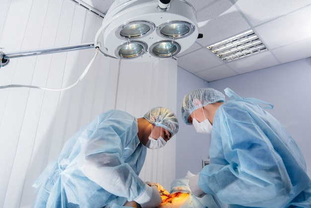 Operação em close-up de uma moderna sala de cirurgia, resgate de emergência e ressuscitação do paciente