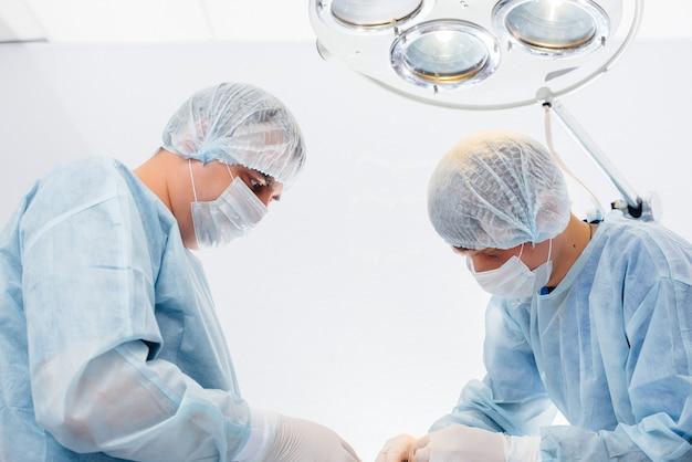 Operação em um moderno centro cirúrgico close-up, resgate de emergência e ressuscitação do paciente.