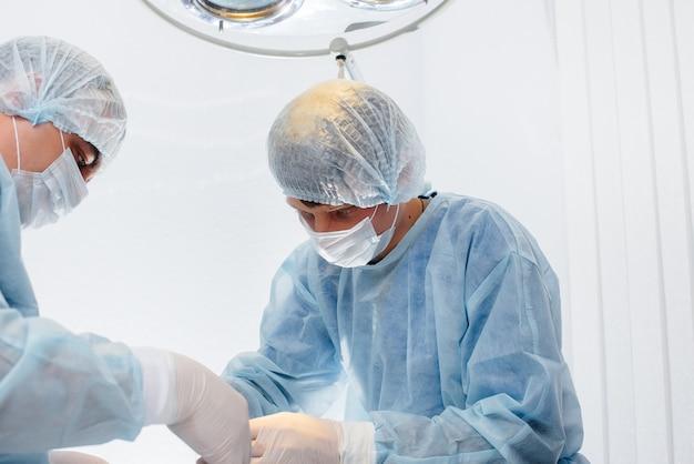 Operação em um moderno centro cirúrgico, resgate de emergência e ressuscitação do paciente. medicina e cirurgia