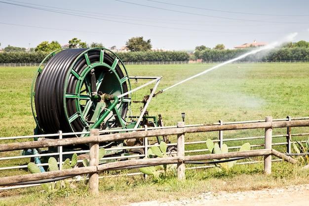 Operações de irrigação no país italiano durante um dia ensolarado