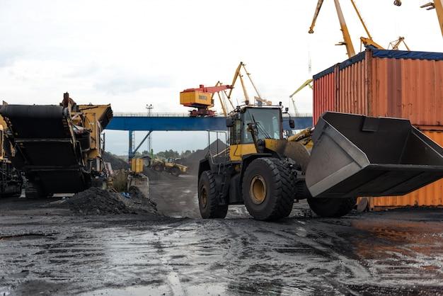 Operações de manuseio de carvão no porto