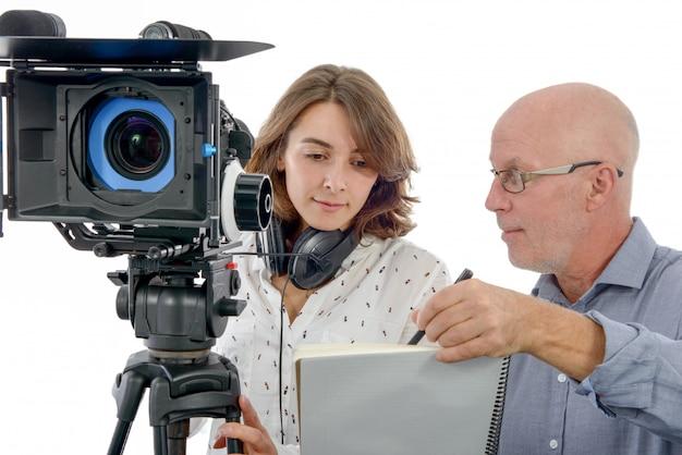 Operador cinematográfico da jovem mulher e o homem maduro