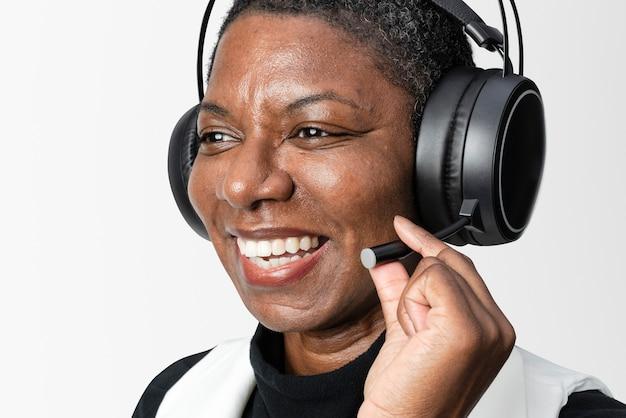 Operador com fones de ouvido e óculos inteligentes