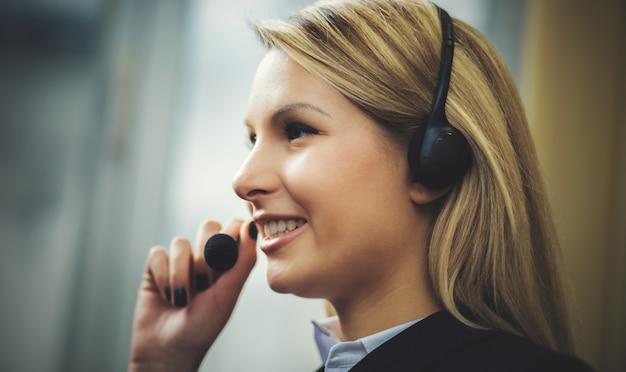 Operador de call center feminino