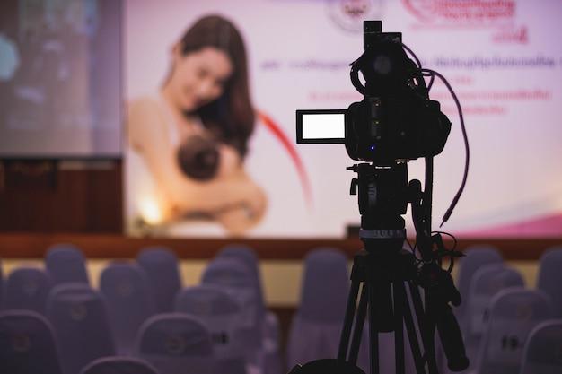 Operador de câmara profissional - cobrindo o evento com um vídeo