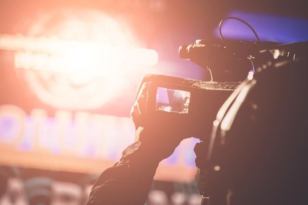 Operador de câmera de vídeo, trabalhando com seu equipamento no tema de cerimônia de premiação criativa