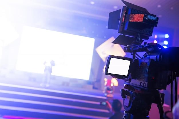 Operador de câmera de vídeo trabalhando na festa de negócios
