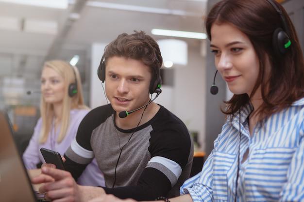 Operador de centro de chamada alegre no trabalho