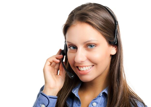 Operador de centro de chamada feminino sorridente isolado no branco