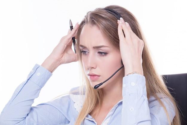 Operador de chamada com dor de cabeça