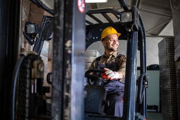 Operador de empilhadeira profissional dirigindo a máquina no departamento de armazenamento do armazém.