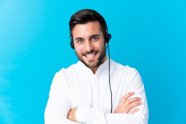 Operador de jovem com fone de ouvido sorrindo